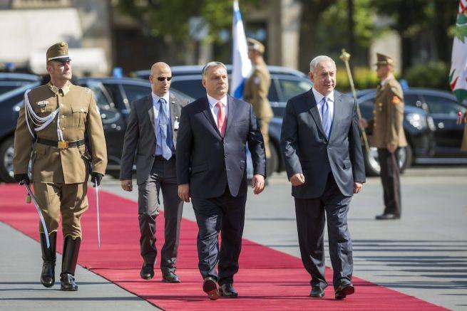 Orbán Viktor miniszterelnök katonai tiszteletadással fogadja Benjámin Netanjahu izraeli kormányfőt a Parlament előtti Kossuth téren (Fotó: Mohai Balázs/MTI)