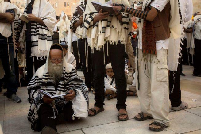 Ultraortodox zsidók imádkoznak a tisá beávi gyászszertartáson a Siratófalnál