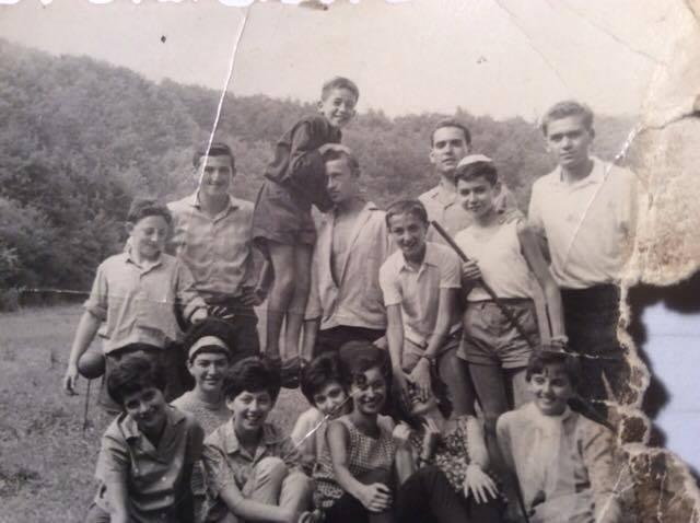 Raj Ferenc miskolci tanítványaival egy bükki kiránduláson, 1964.