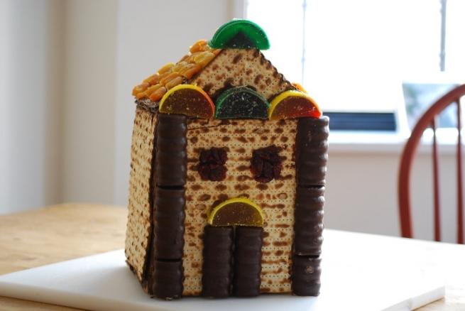 Maceszból, csokiból és szárított gyümölcsből épített házikó
