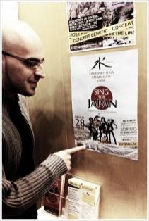 Norritt con el cartel de Sing for Japan