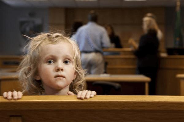 Annenin çocuğunun kendi soyadını alması isteminde davanın Nüfus Müdürlüğü yanında babasına karşı da açılmasının gerektiği