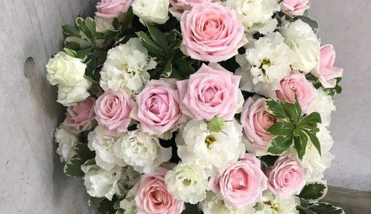 お菓子のように甘くガーリーなバラとトルコキキョウのアレンジメント(10/15〜)