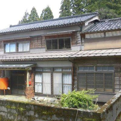 【売買】280万円 新潟県糸魚川市大字根小屋 緑に囲まれた納屋付き和風2階建 和室9部屋
