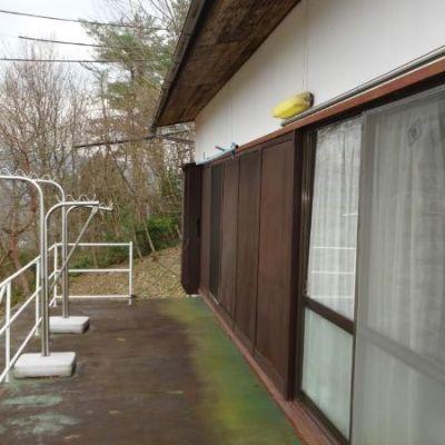 【売買】250万円 鳥取県東伯郡三朝町大字三朝 山間の傾斜地に建つ広いベランダ付き2階建
