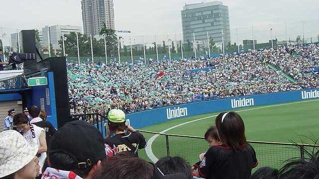 ヤクルトファンがビニール傘で東京音頭をしている所:明治神宮球場