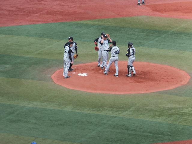 コントロールが定まらない立ち上がりの藤川球児投手