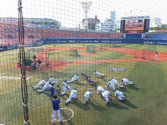 試合前のストレッチを始める横浜DeNAベイスターズの選手たち