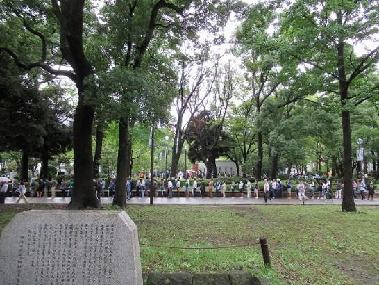 横浜公園内もすごい人:横浜スタジアム最終戦&三浦大輔投手引退試合のチケット並び