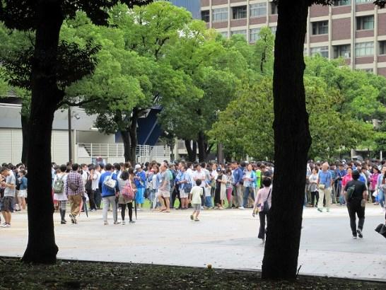 横浜スタジアム前にはチケットで並ぶ人がたくさん