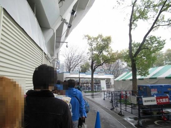 6月チケット発売日当日・横浜スタジアムのスロープ前チケット売り場列3