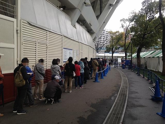 人気スゴイ!6月チケット発売日当日・横浜スタジアムのスロープ前チケット売り場列