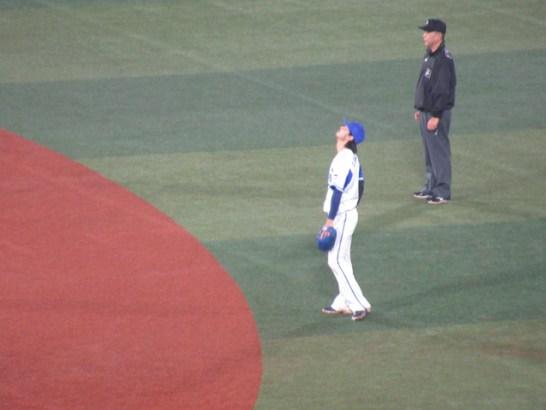 雨を気にする石川雄洋選手