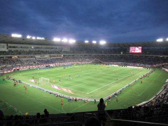 東京スタジアムは広い!屋根がついて雨が濡れない。2階席からの景色
