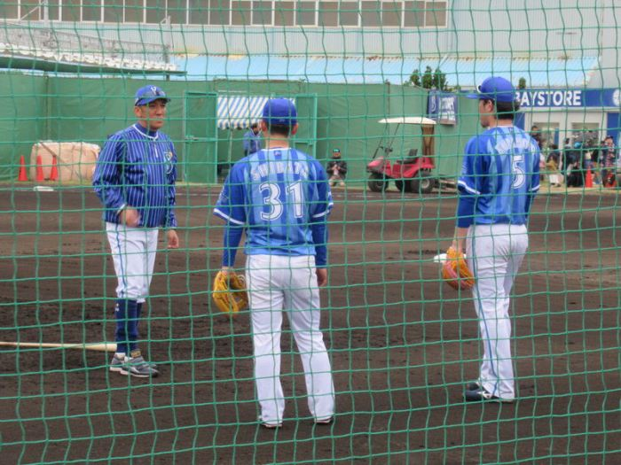 永池コーチの指導を熱心に聞く柴田・倉本:横浜DeNAベイスターズ宜野湾キャンプ