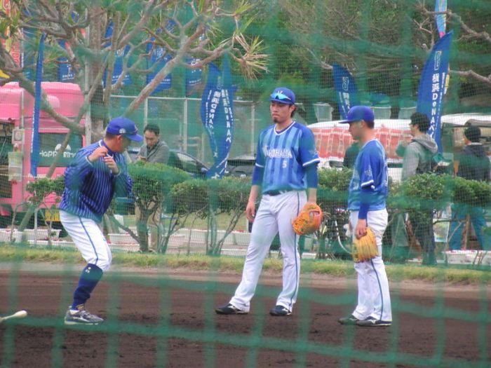 熱心に永池コーチの話を聞く、倉本・柴田:横浜DeNAベイスターズ宜野湾キャンプ