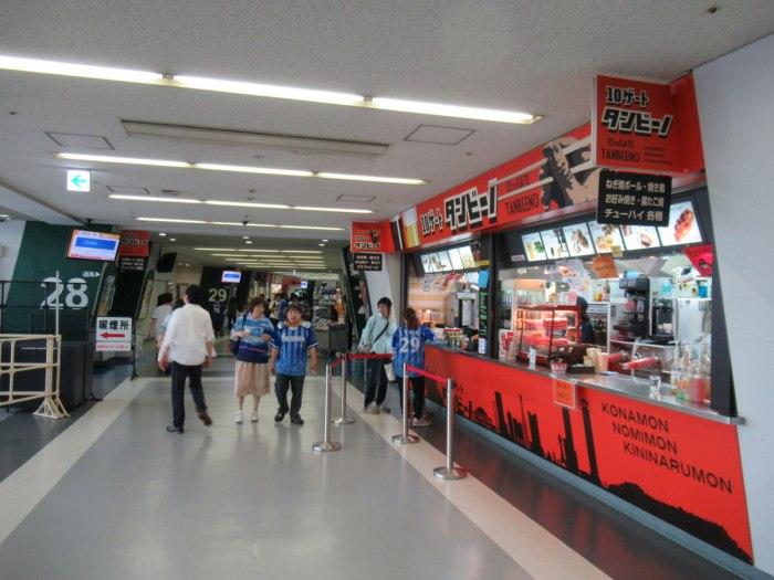 大阪ドームビジター外野下段応援席のコンコース