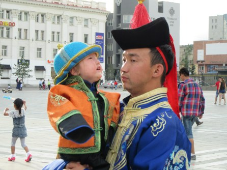 Geleneksel kıyafetleri içinde baba oğul