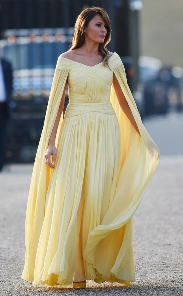 Melania Trump en une robe de soirée jaune longue avec cape