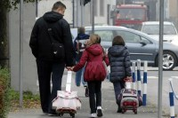 Školske torbe su ponekad toliko teške da ih pojedini učenici u Hrvatskoj voze u ruksacima na točkovima [Nikola Ćutuk/Pixsell - Arhiva]