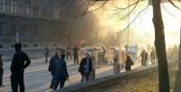 Šačica momaka uspjela je poraziti sistem i zapaliti zgradu iz koje trebaju doći rješenja [Sead Fadilpašić / Al Jazeera]