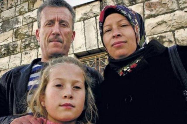 Fotografija Ahed Tamimi s njenim roditeljima kada je bila još djevojčica