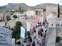 Skokom i spuštanjem cvijećem u Neretvu obilježena 14 godišnjica obnove Starog Mosta u Mostaru