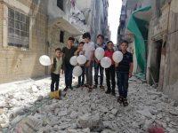 Djeca u okupiranom Idlibu držeći balone iščekuju sutrašnju podršku iz 15 evropskih gradova