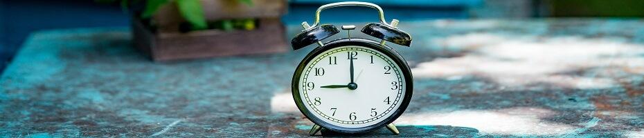 O päť minút alebo za päť minút? Ktorú predložku použiť?