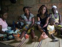 les copines filles-mères venues lui rendre visite
