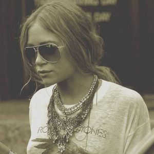 Mary Kate Olsen with big necklace and t-shirt, what's up with that?