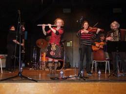 """Sur la scène D'Aignay-le-Duc, bal folk organisé par l'ASCLA. Une mention spéciale pour leur accueil extrêmement sympathique. (Un jour, on fera un """"guide Michelin"""" des meilleurs organisateurs de spectacles du point de vue des musiciens !)"""