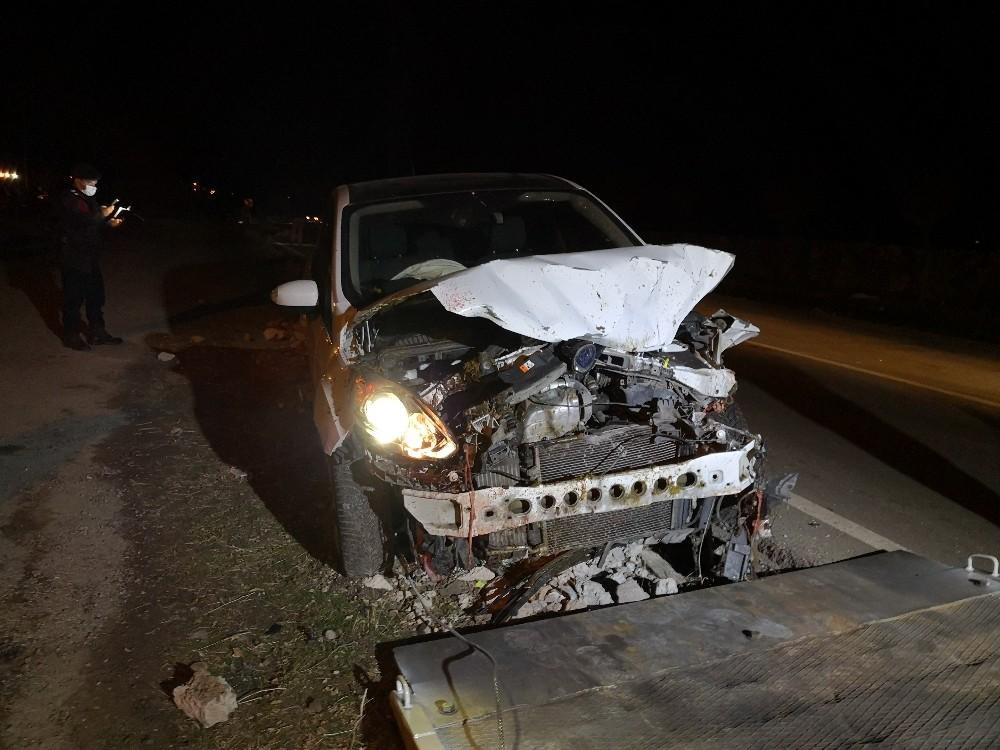 Alkollü sürücü koyun sürüsüne çarptı: 2 kişi yaralandı, 21 koyun telef oldu