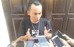 FOTO: Hendry salah satu Wartawan Online di Jambi saat memberikan Keterangan Pers kepada Awak Media, Selasa (20/10/2019).