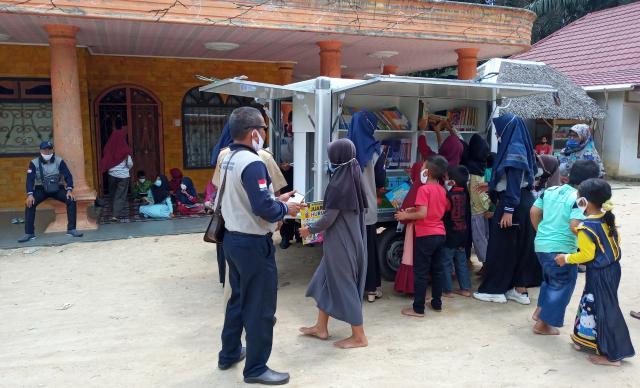 Perpustakaan keliling bantuan SKK Migas - PetroChina Jabung menyambangi anak-anak di Dusun Betara 8, Desa Terjun Gajah, Kecamatan Betara, Tanjung Jabung Barat, Sabtu 7 November 2020.