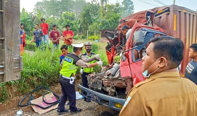 Mengantuk, sopir dan kenek truk tewas usai menabrak fuso yang parkir di pinggir jalan.