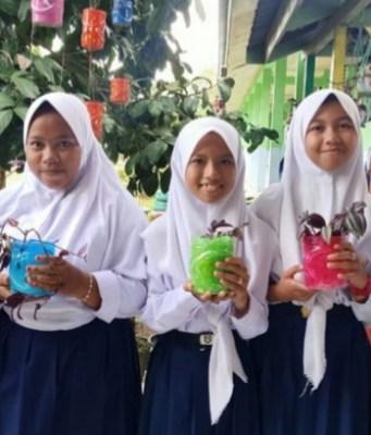 Hari Lingkungan Hidup Sedunia, Guru di Batanghari Manfaatkan Barang Bekas Jadi Media Pembelajaran.