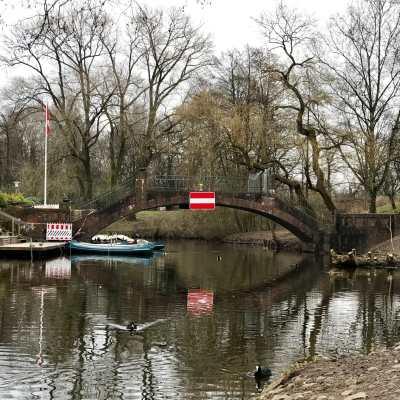 Eine Brücke mit toller Spiegelung im Wasser im Hamburger Stadtpark