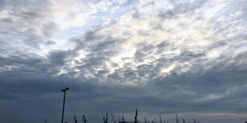Hamburgs Landungsbrücken mit einem dramatischen Himmel.