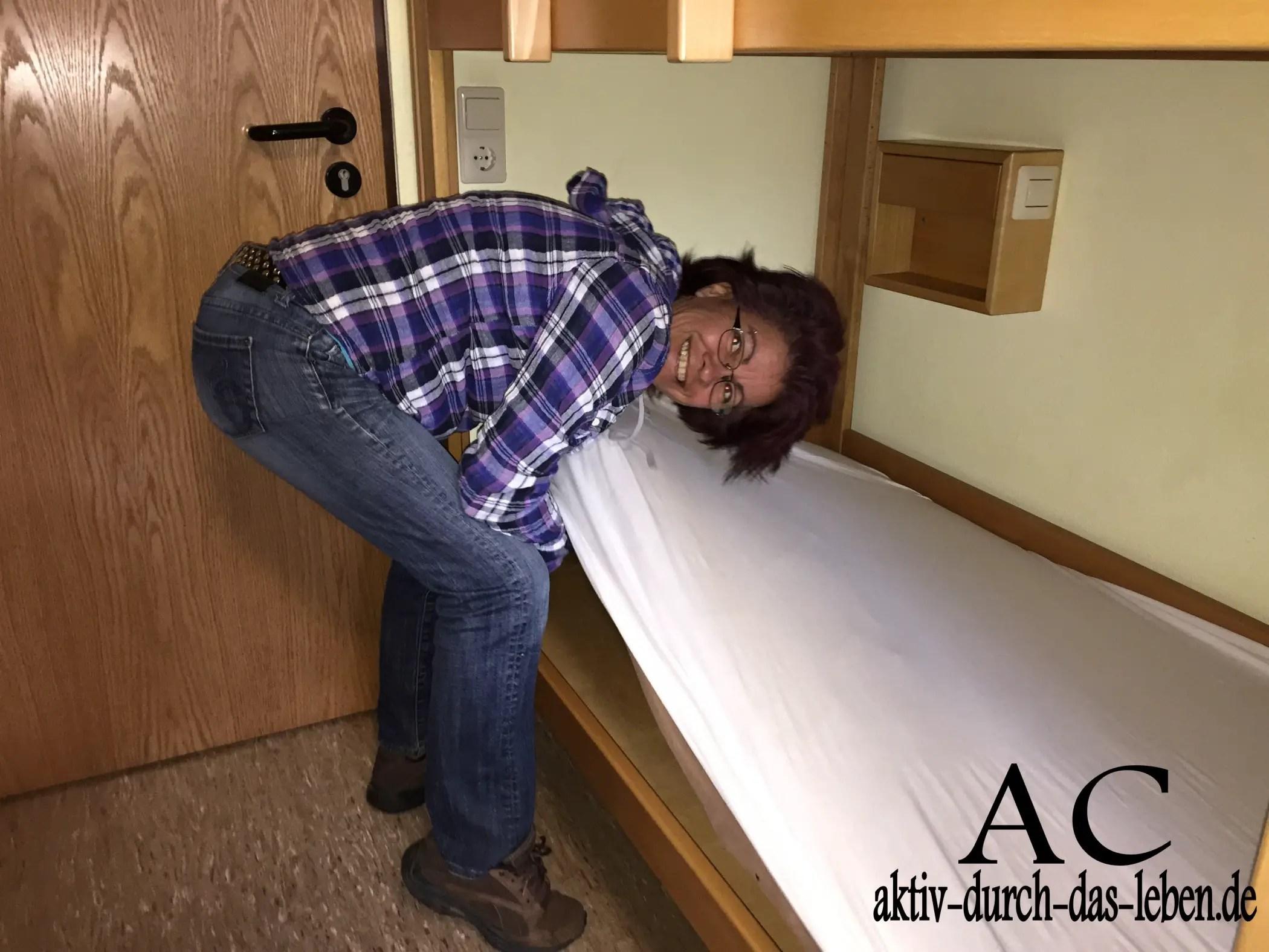 Anita beim Bett machen