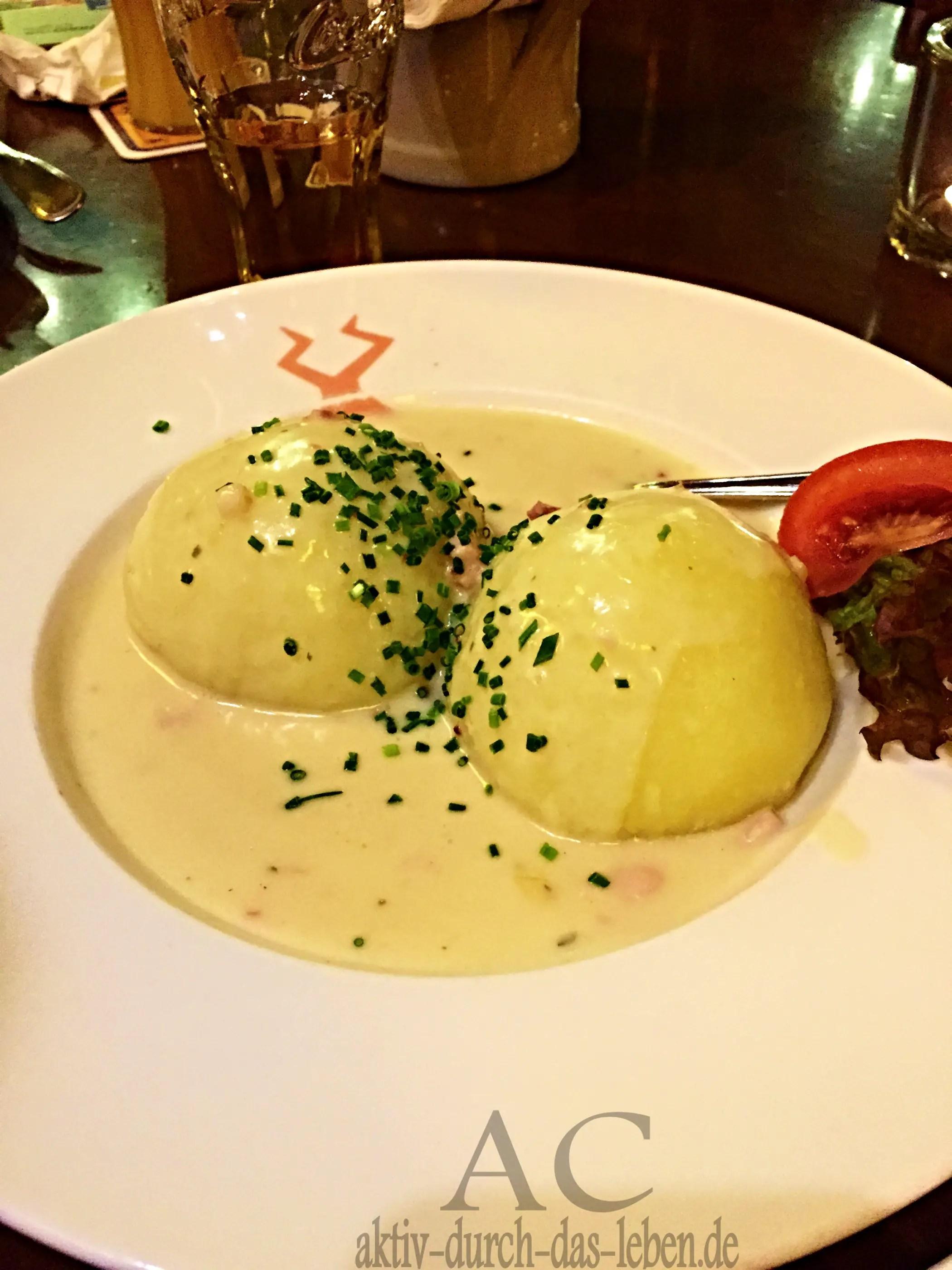 Mit Leberwurst gefüllte Kartoffelklöße mit Specksoße