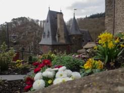 Schön bepflanzte Rabatten auf dem Burggelände