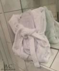 Bademantel wartet im Bad