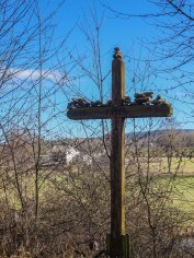 Das haben wir so noch nicht gesehen... Ein Kreuz, das mit Steinen bestückt ist.