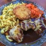 Irseer Leckerle, gegrilltes Rinderlendensteak und Schweinefilets mit Käse überbacken Rösti, Spätzle, Karottengemüse