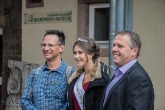 v.l.n.r.: Mario Marx, Beereweinkönigin Janina I., Bürgermeister Ulrich Stemler