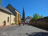 Hinten die katholische Pfarrkirche St. Matthäus