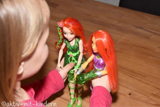 Spielen mit den Puppen der DC Super Hero Girls