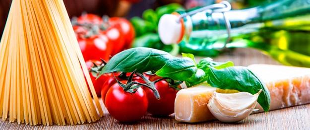 italiensk-tomater-ost-løk-pasta-715x300pxlshutterstock