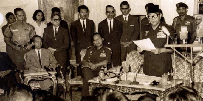 Presiden Soekarno menugaskan Letjen Soeharto selaku Pengemban Tap MPR No IX/1966 untuk pembentukan Kabinet Ampera. Letjen Soeharto menjadi Ketua Presidium kabinet tersebut. Bung Karno sedang mengumumkan susunan kabinet tersebut pada tanggal 25 Juli 1966. Letjen Soeharto dan Menteri Utama Adam Malik duduk mendengarkan (Foto: Arsip Kompas)